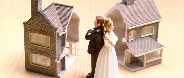 При разводе супругов кому остается квартира