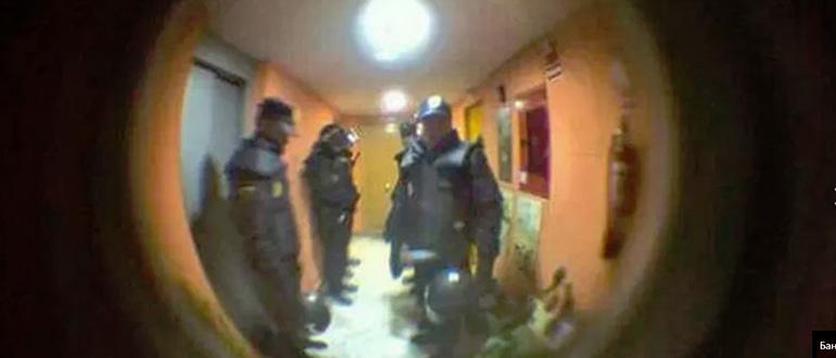 полиция стучит в дверь